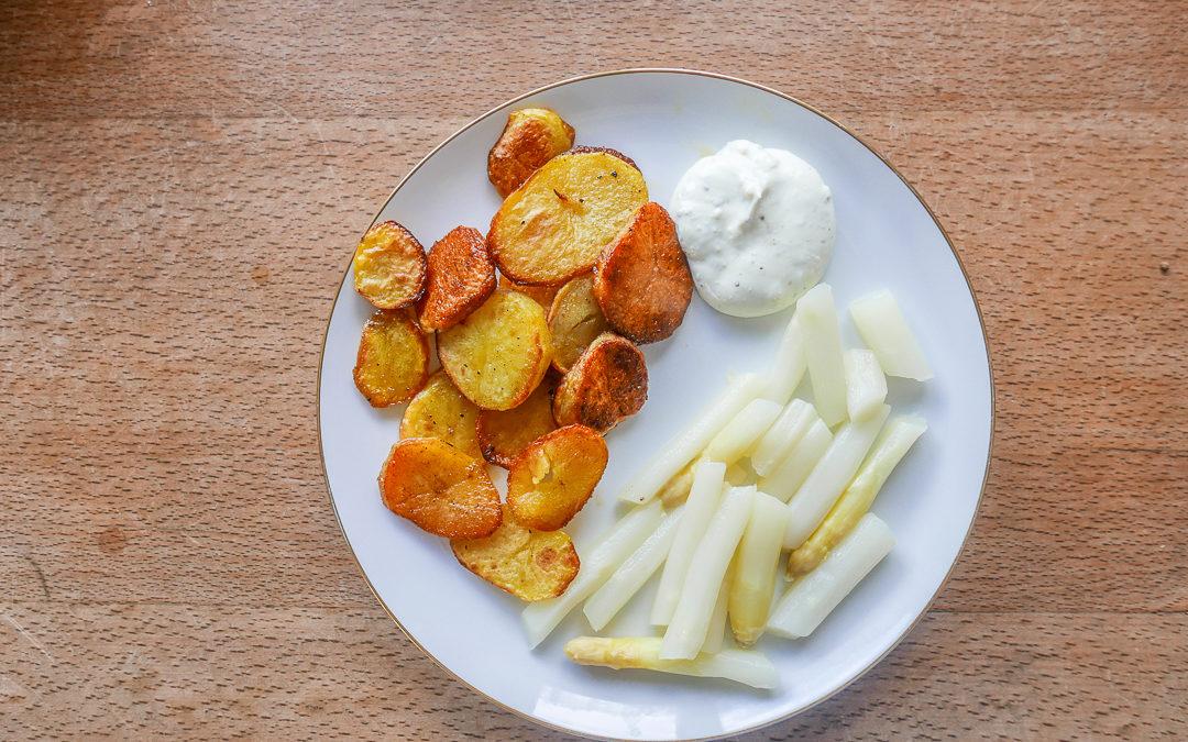Spargel mit Ofenkartoffeln und Dipp