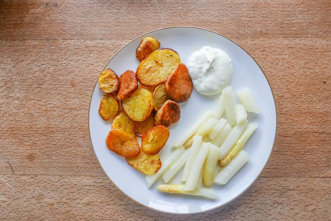 Spargel mit Ofenkartoffeln und einem würzigen Dipp