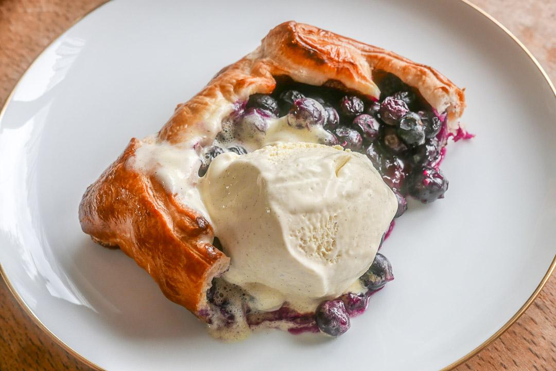 Galette mit Heidelbeeren - schnelles Dessert, heiß mit Eis.