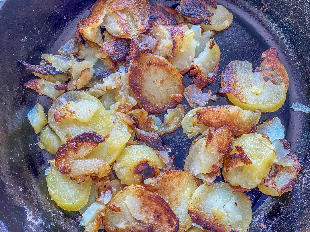 Weniger Kartoffeln in der Pfanne, mehr Kruste.