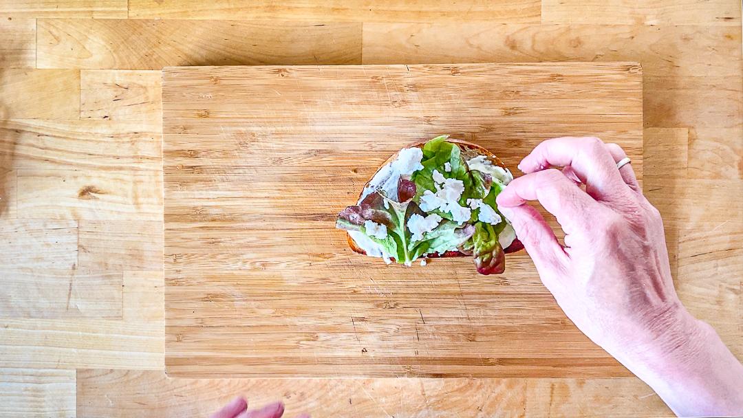 Schafskäse-Salat-Sandwich mit Salatblättern und Rucola, wahlweise auch mit Baby-Spinat als Zwischenschicht.