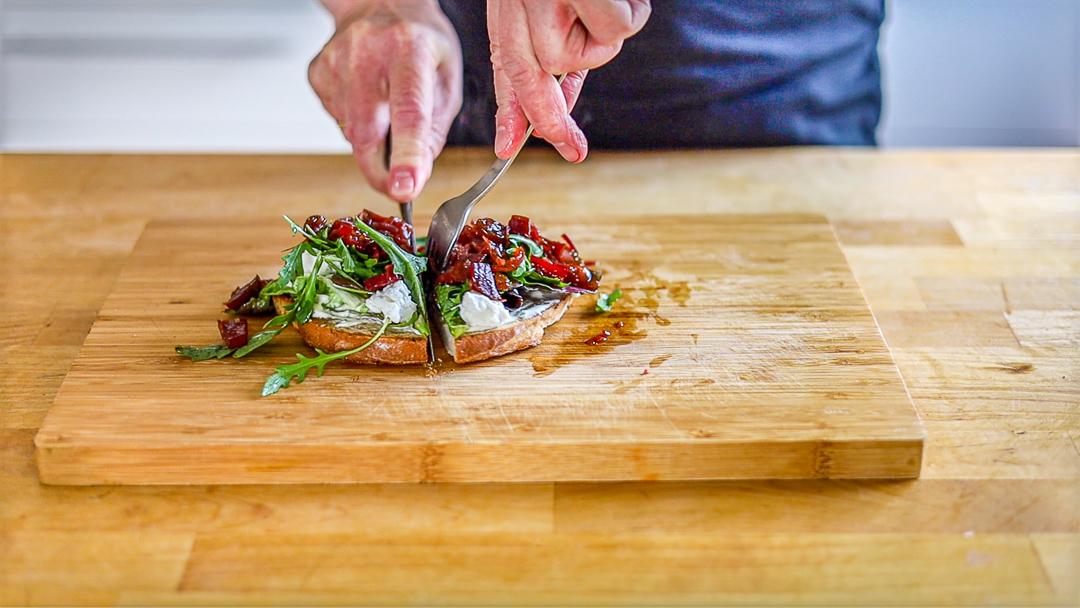 Schafskäse-Salat-Sandwich mit Rote Bete Chutney: Dick belegt ist es am besten.