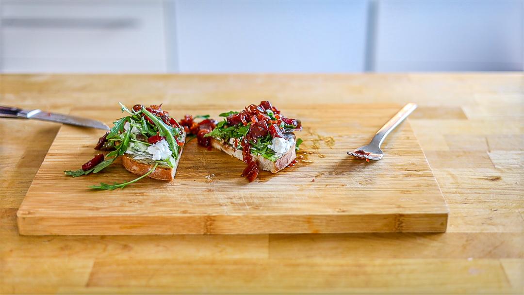 Als richtiges Sandwich mit zwei Scheiben Brot am besten für das Essen aus der Hand vor dem Zerteilen in Butterbrot-Papier einschlagen.