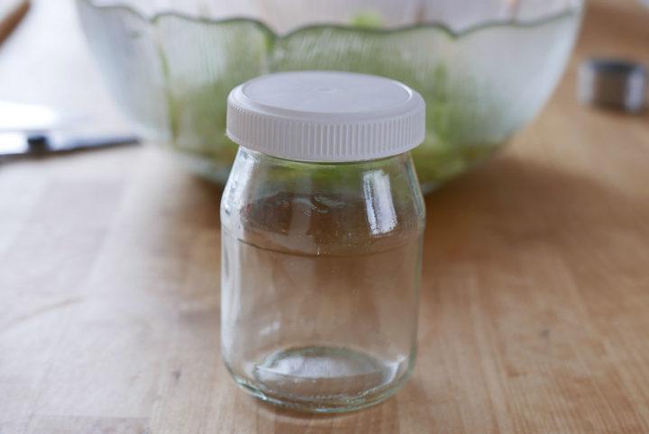 Praktisch und kostenlos: Schüttelgläser eignen sich zum Mixen auf die Schnelle, zum Beispiel für Salatsaucen.